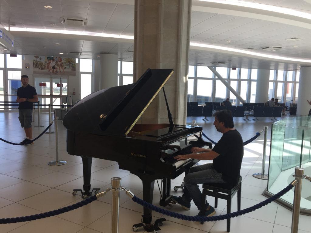 Un concerto sul volo Venezia-Palermo e agli imbarchi dell'aeroporto di Punta Raisi