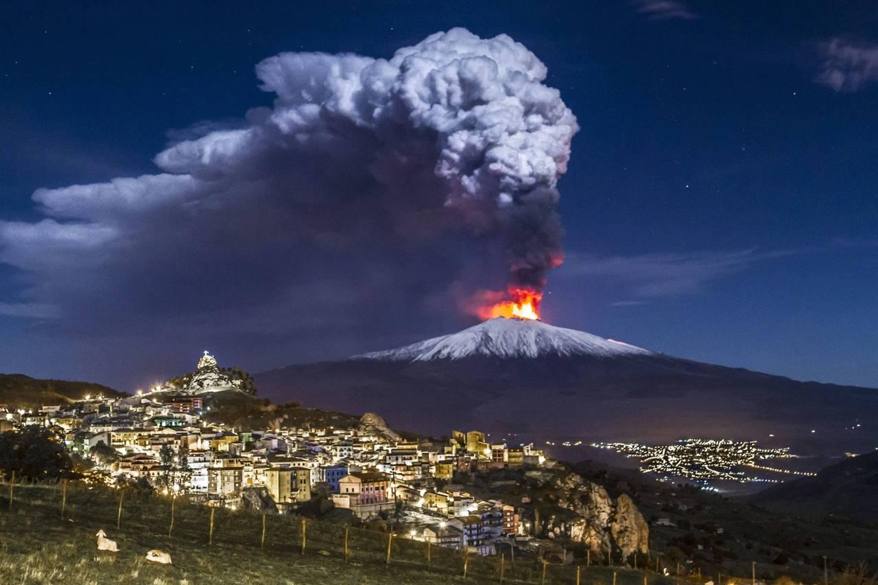 Trema la Sicilia, sciame sismico sull'Etna: stanotte una for