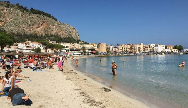 Mare caraibico a Mondello e Lampedusa e spiagge prese d'assalto il ...