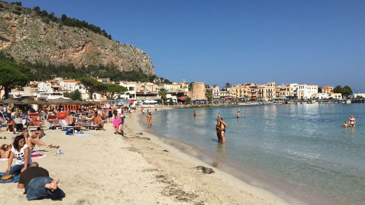 Mare caraibico a Mondello e Lampedusa e spiagge prese d'assa