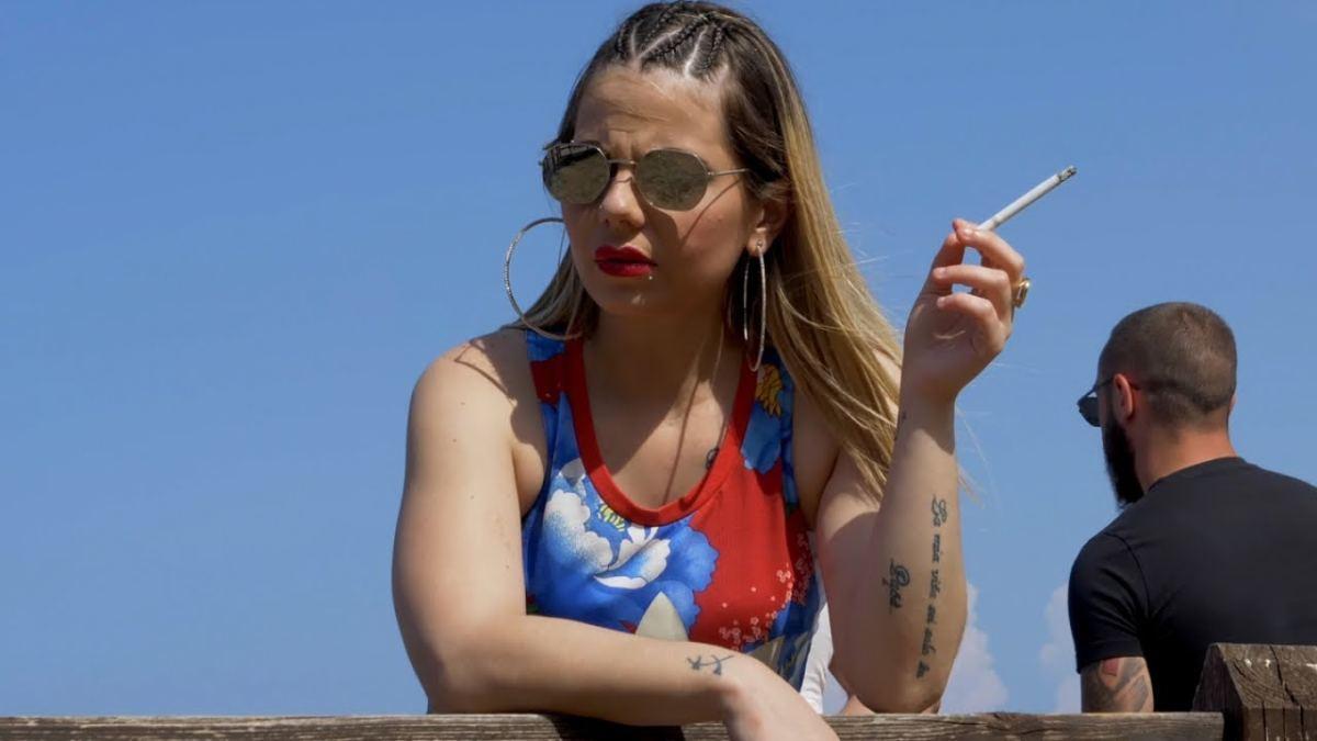 Reddito di cittadinanza, cantante neomelodica siciliana si paga il disco (VIDEO)