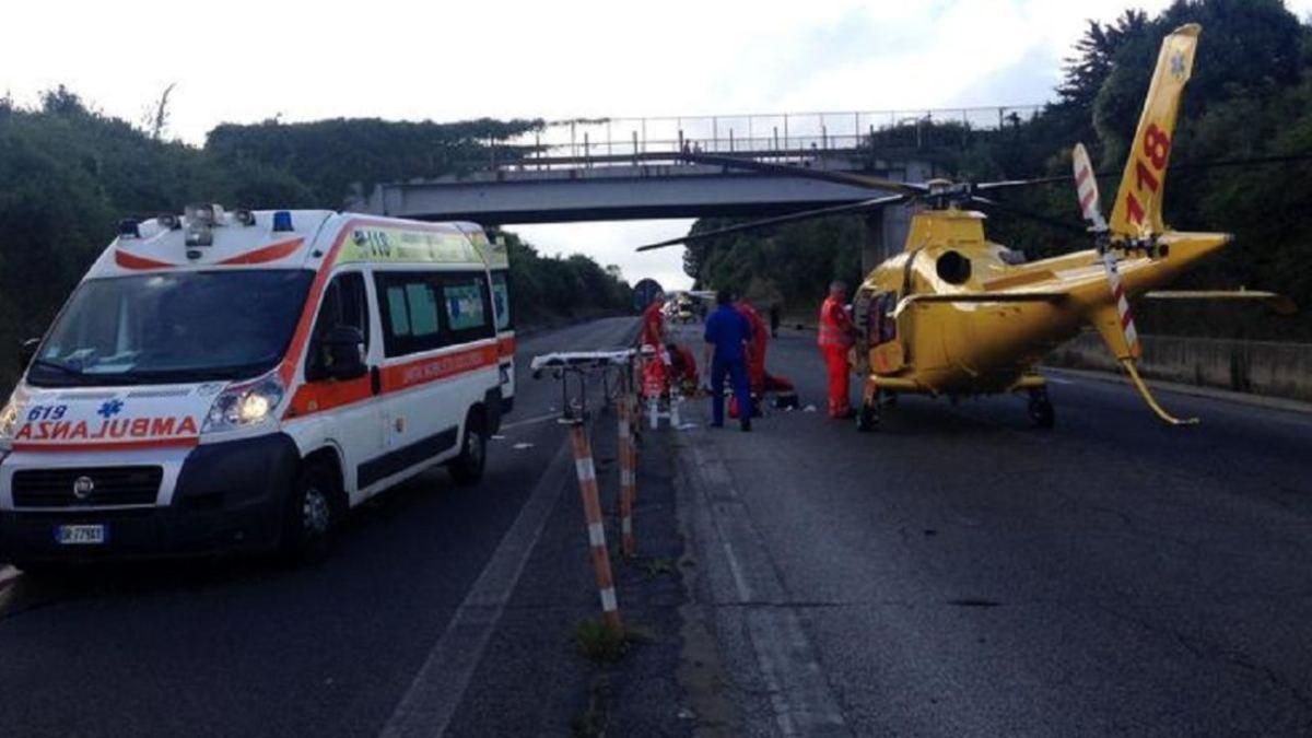 Auto vola dal cavalcavia dell'autostrada    giovane in condizioni disperate