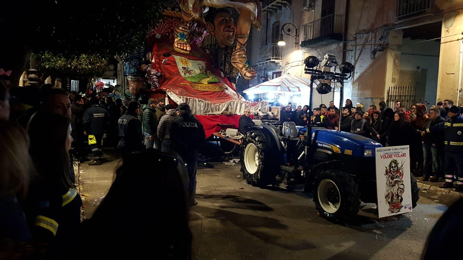 Tragedia al Carnevale di Sciacca, bimbo cade dal carro e muo