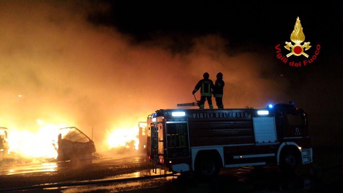 Paura a Borgo Molara, tanica di benzina data alle fiamme davanti tabaccheria